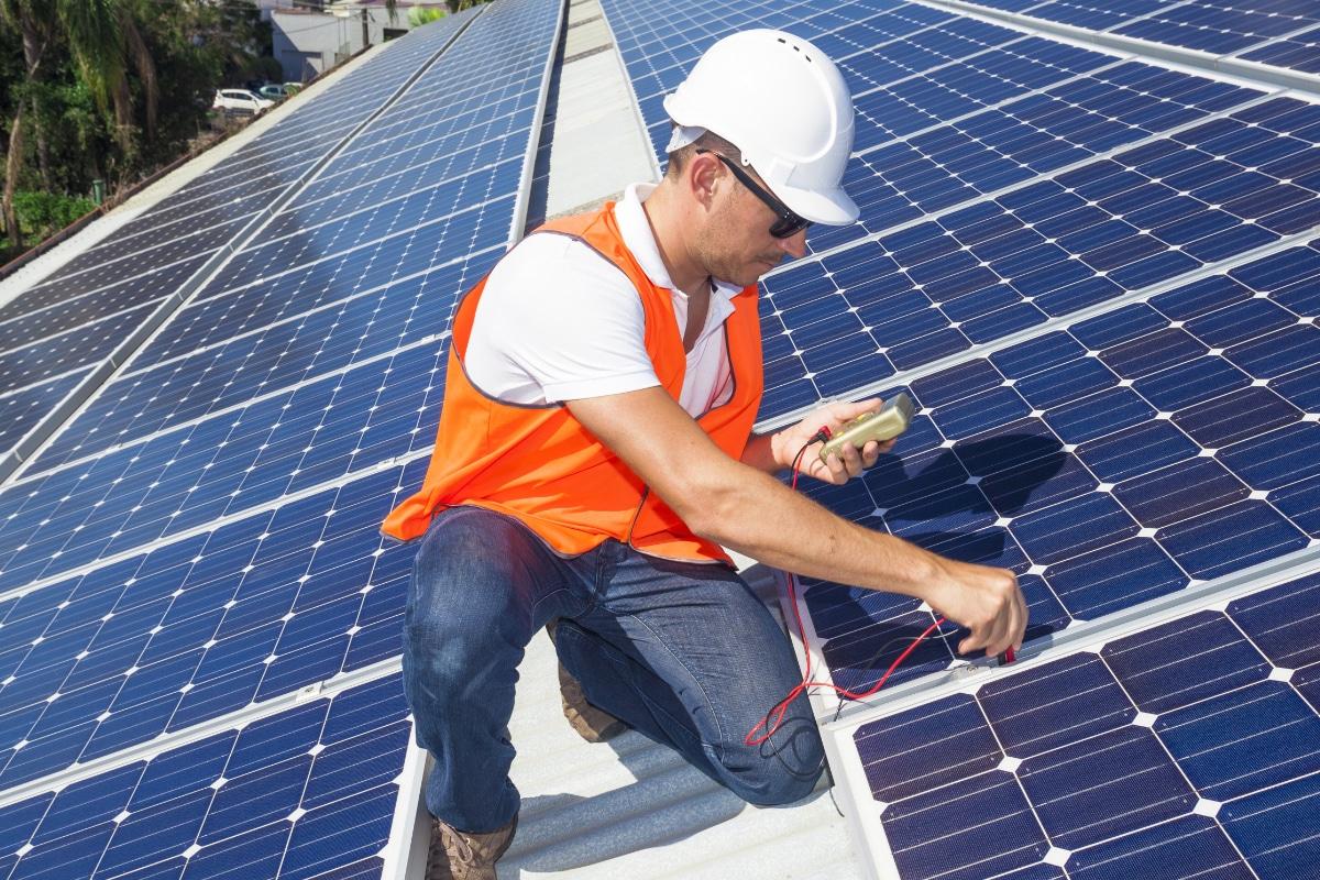 de beste zonnepanelen worden gecontroleerd