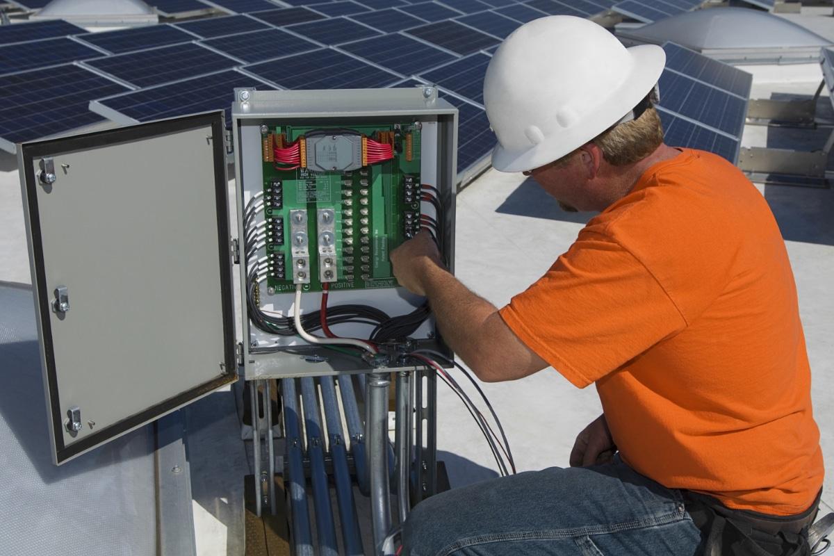 installatie van omvormer zonnepanelen