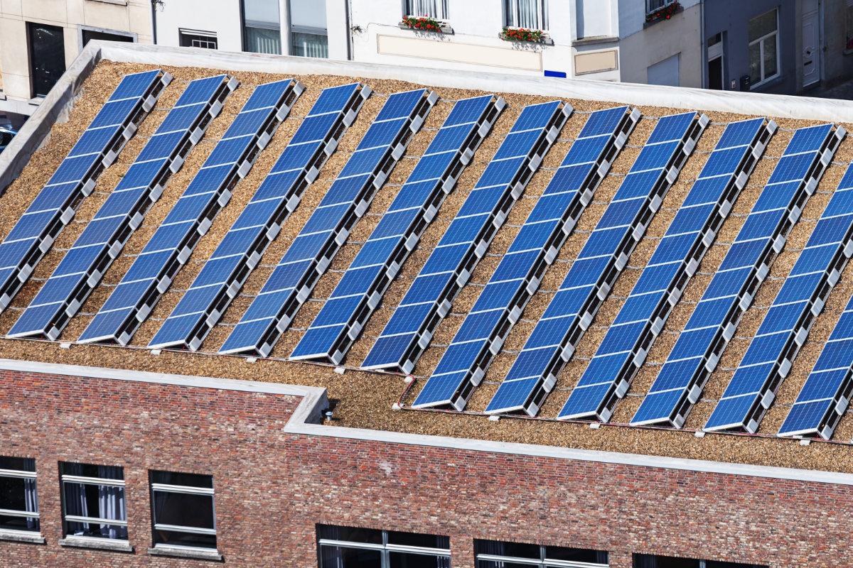 Montage van zonnepanelen op hellende en platte daken