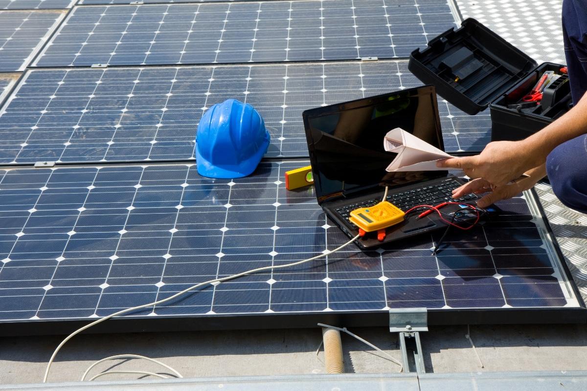 zonnepanelen installeren plat dak